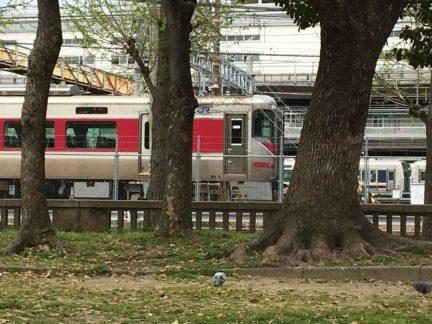 西町公園から見た回送列車