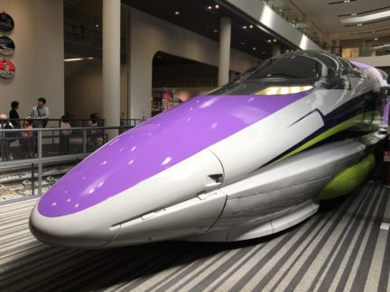 展示中のエヴァンゲリオン新幹線