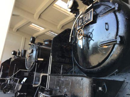 蒸気機関車が整列中